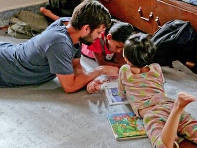 Frivillig læser med nepalesiske børn