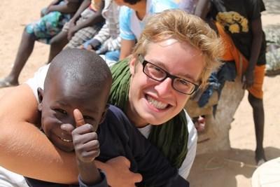 Frivillig og senegalesisk dreng