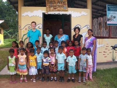 Frivillig med en skoleklasse i Sri Lanka