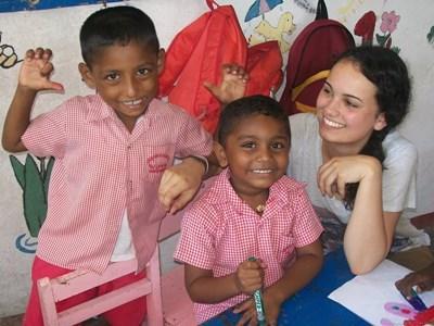 Frivillig med lokale børn på humanitært projekt i Sri Lanka