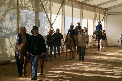 Frivillige og ryttere i ridesalen på vores hesteterapi-projekt i Sydafrika