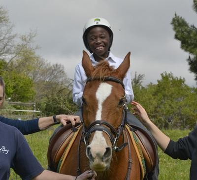 Glad rytter på hesteryg på vores hesteterapi-projekt i Sydafrika