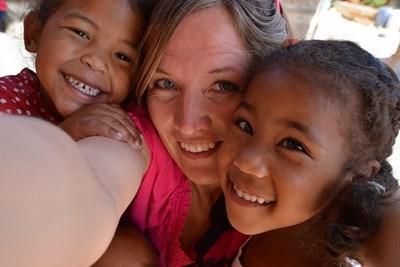 Frivillig tager 'selfie' med børnene