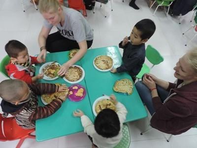 Spisetid på humanitært projekt i Vietnam