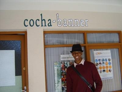Frivillig foran magasinet Cocha Banners kontor i Bolivia