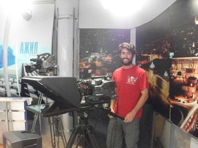 Frivillig bag kameraet på mongolsk tv-station