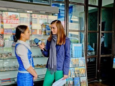 Frivillig interviewer lokal pige