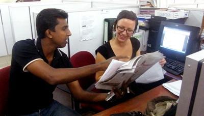Frivillige arbejder med journalistik
