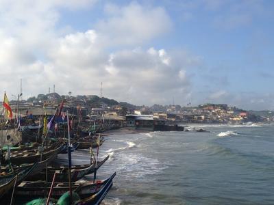 Udsigt udover bådehavn i Cape Coast, Ghana