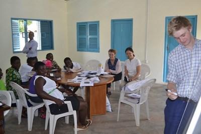 Frivillig underviser ghanesiske kvinder i menneskerettigheder