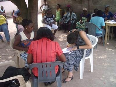 Frivillig formidler en mægling mellem to ghanesiske kvinder
