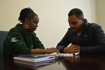 Frivillige uddeler suppe til hjemløse i Cape Town