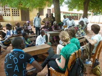 Frivillige ude i lokalsamfundet for at oplyse om menneskerettigheder