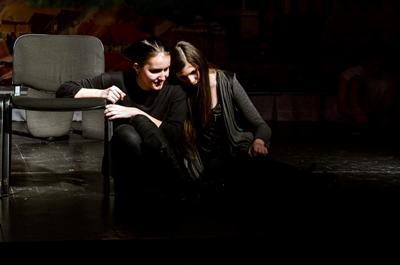Frivillige underviser og arrangerer teaterforestilling i Rumænien
