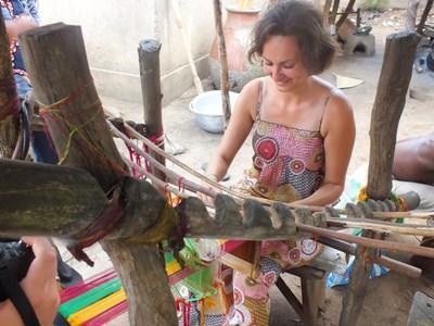 Frivillig kaster sig over traditionelt håndværk i Togo