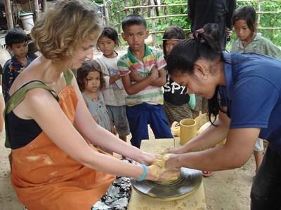 Frivillig laver traditionel Khmer-keramik