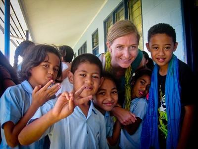 Frivillig underviser om morgenen på skolen i en samoansk landsby