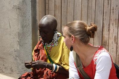 Frivillig og maasai-kvinde i Tanzania