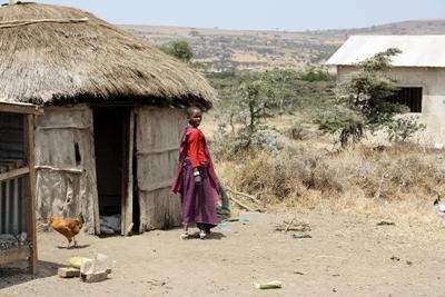 Maasaipige i sin landsby i Tanzania
