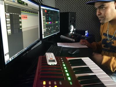 praktikant optager og mixer i studiet i Cape Town, Sydafrika