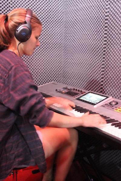 Praktikant indspiller keyboard/klaver i studiet i Cape Town, Sydafrika