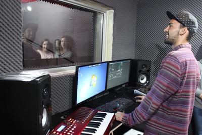 En praktikant optager vokaler i forbindelse med sit projekt i Musikproduktion i Cape Town, Sydafrika