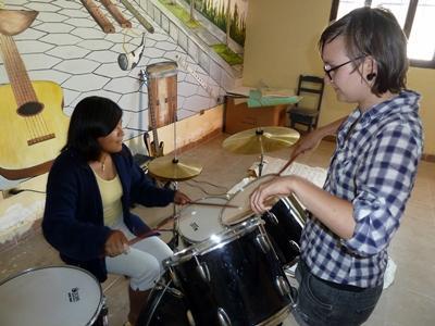 Frivillig underviser boliviansk pige i musik