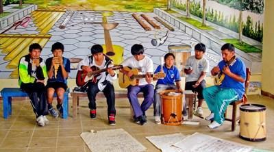 Unge bolivianere spiller musik