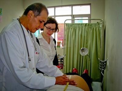 Frivillig og lokal læge på medicinsk projekt i Bolivia