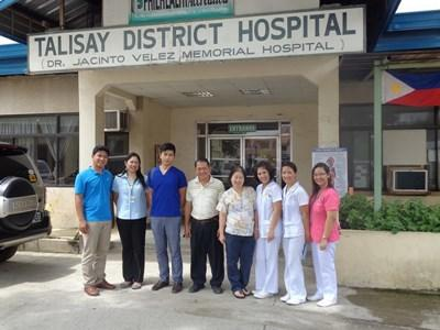 Lokalt personale foran hospital i Talisay