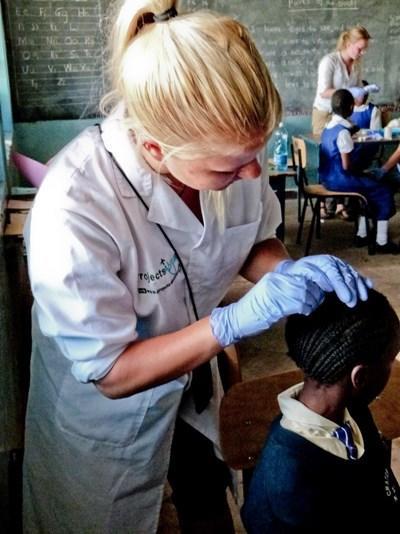 Frivillig på medicinsk projekt renser sår