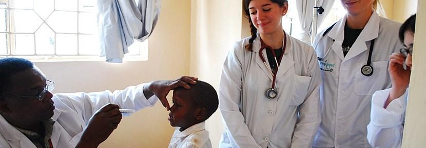 Frivillige observerer lokal læge