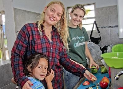 Frivillige hjælper underernærede børn