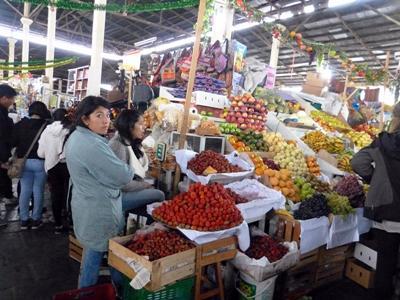 Sunde indkøb på lokalt marked i Peru