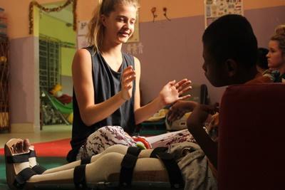 Kvindelig Projects Abroad frivillig træner barn på et af vores centre