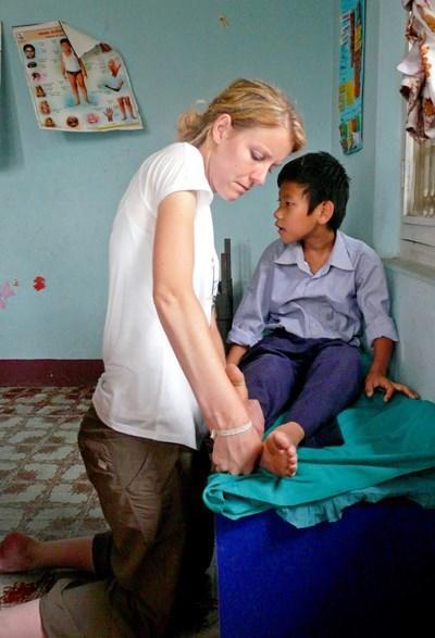 Frivillig udøver fysioterapeutisk behandling i Nepal
