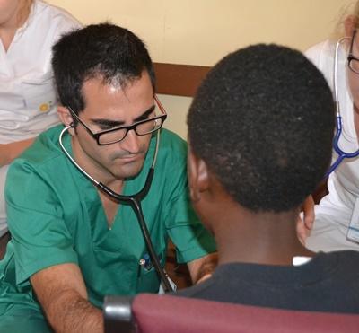 Frivillig i gang med helbredsundersøgelse af patient på HIV-projekt