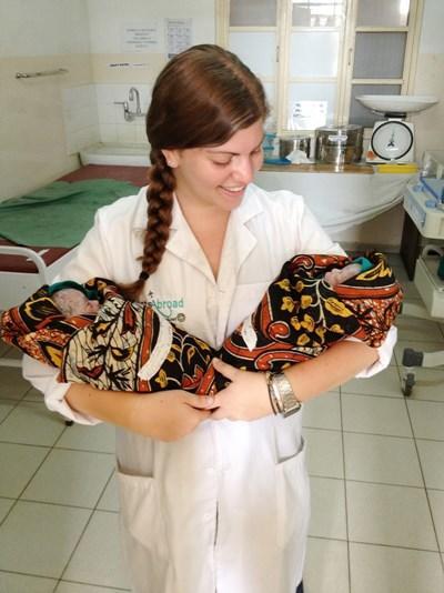 Frivillig med to nyfødte børn
