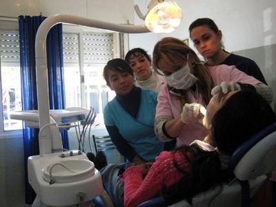 Frivillige og lokal tandlæge i Argentina