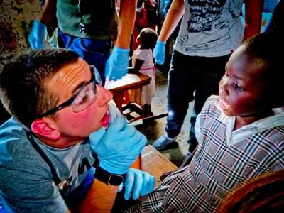 Frivillig på odontologi-projekt undersøger barn
