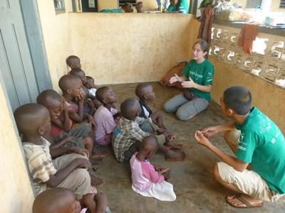 Frivillige underviser børn og unge i god mundhygiejne