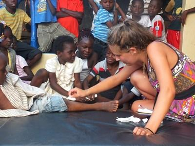 Frivillig behandler børn fra lokalsamfundet