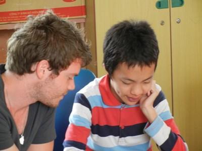 Frivillig underviser lokal dreng
