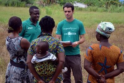 Frivillig hjælper og guider lokale ghanesiske kvinder på mikrofinansprojektet