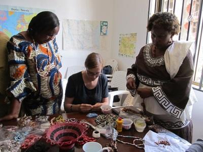 Frivillig hjælper lokale kvinder på projektet inden for mikrofinans