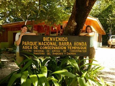 Frivillige på naturbevaringsprojektet researcher i regnskoven