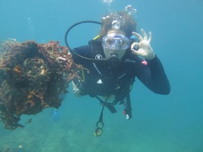 Frivillig udforsker vandene ved Koh Sdach Archipel på Marineprojekt i Cambodia