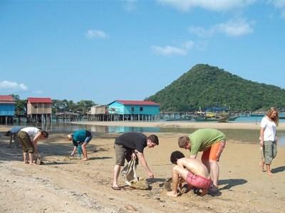 Frivillige rengør en strand i Cambodja