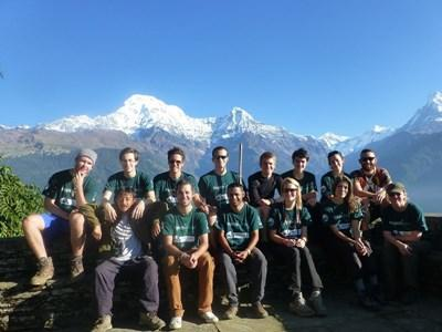 En gruppe af frivillige på naturbevaringsprojektet i Nepal