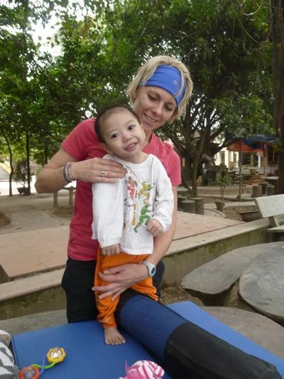 Studerende i praktik i Vietnam arbejder med ergoterapi på center for handicapped børn